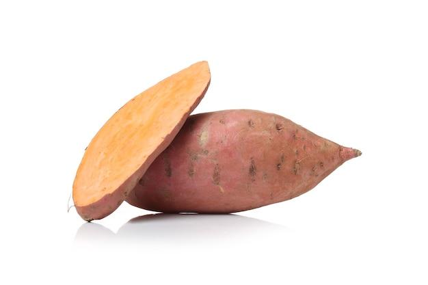 Zoete aardappelen op een wit oppervlak