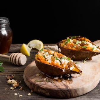 Zoete aardappelen op houten bord