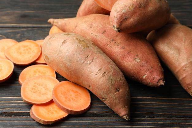 Zoete aardappelen op houten oppervlak