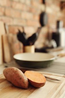 Zoete aardappelen op snijplank
