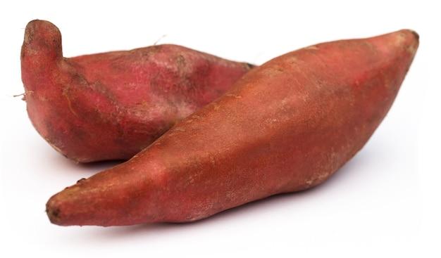 Zoete aardappelen op witte achtergrond