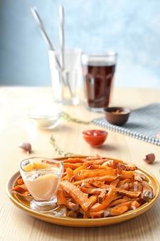 Zoete aardappelfrietjes op tafel
