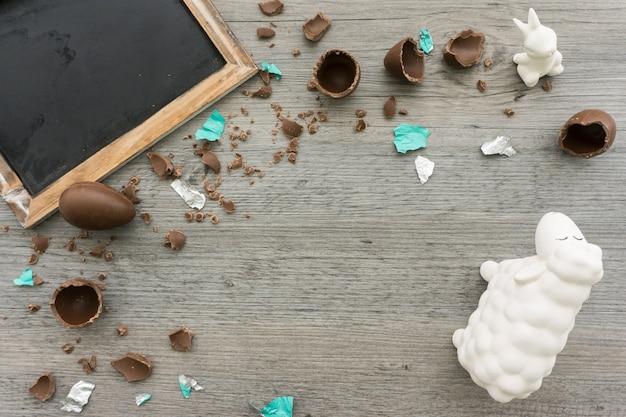 Zoete achtergrond met chocolade-eieren en schone lei