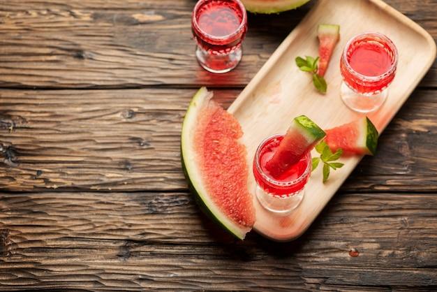 Zoete alcoholische drank met watermeloen