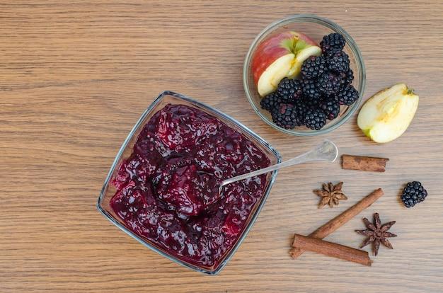 Zoete aromatische heerlijke bramen en appeljam.