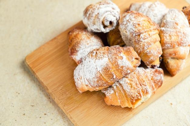 Zoete bagels op houten snijplank.