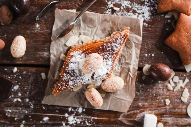Zoete baklava met noten op servet plat leggen. bovenaanzicht op houten tafel.