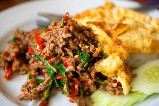 Zoete basilicum gebakken rijst met gehakt varkensvlees, omelet