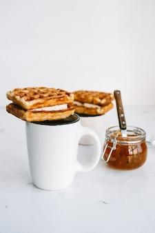 Zoete belgische wafels op een kopje thee.