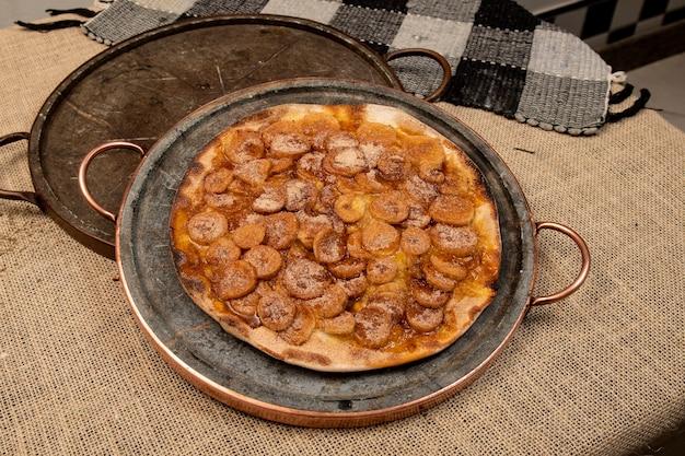 Zoete braziliaanse pizza met banaan, kaneel en suiker, bovenaanzicht
