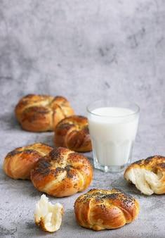 Zoete broodjes met maanzaad, geserveerd met melk. selectieve aandacht.