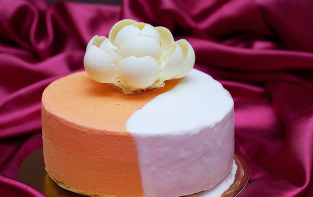 Zoete cake met aardbeien op plaat op kersenachtergrond