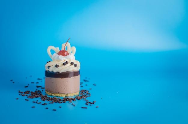 Zoete cake op blauwe achtergrond