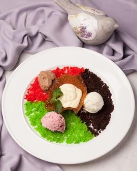 Zoete cakes. ijs taarten. helderrood, roze, gekleurd