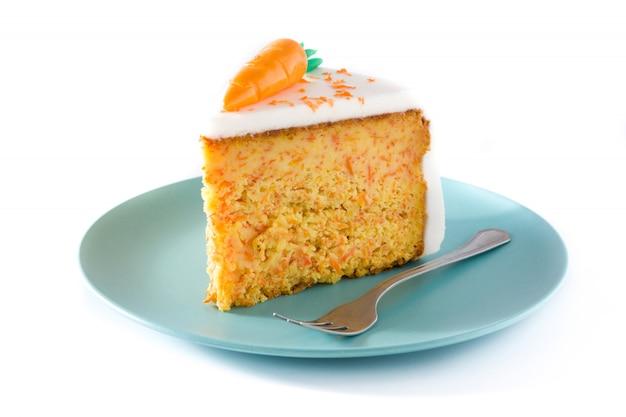 Zoete carrot cake segment geïsoleerd op wit