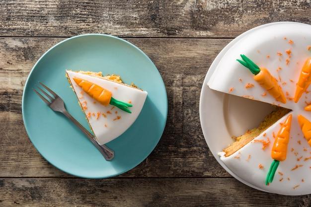 Zoete carrot cake segment op houten tafel, bovenaanzicht