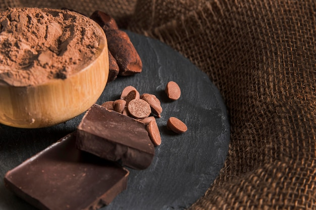 Zoete chocolade arrangement op donkere bord met kopie ruimte