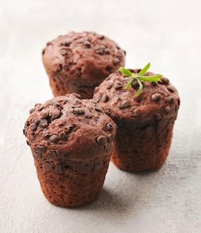 Zoete chocolade muffin close-up. chocolade cupcake met chocolade kruim