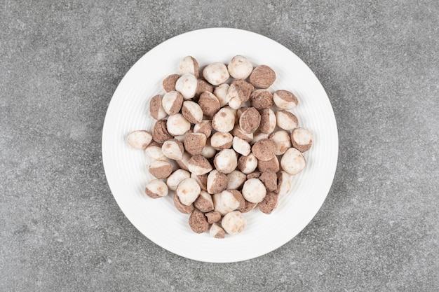 Zoete chocoladeballen in een witte plaat