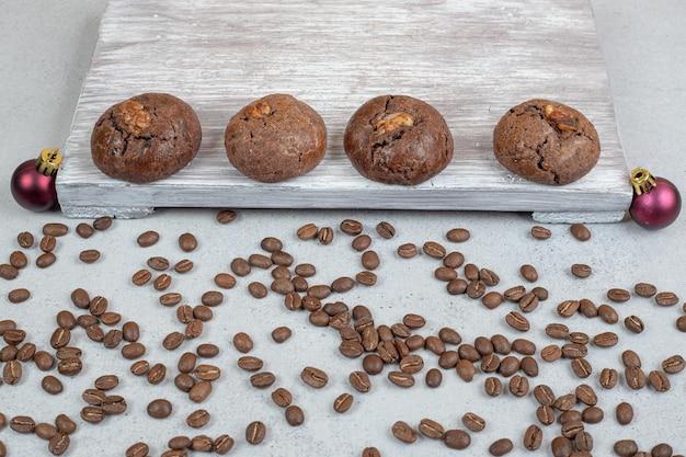 Zoete chocoladekoekjes met koffiebonen en kerstballen.
