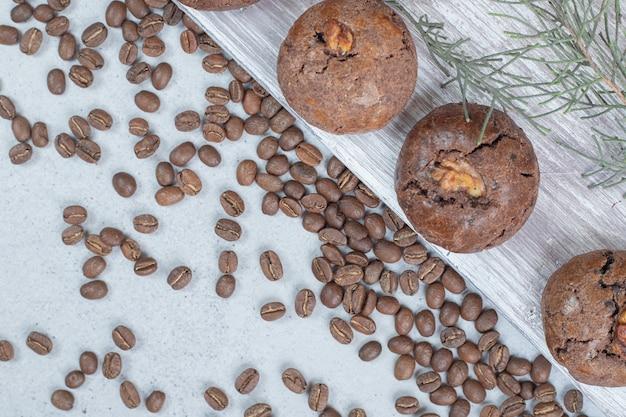 Zoete chocoladekoekjes met koffiebonen en kerstballen