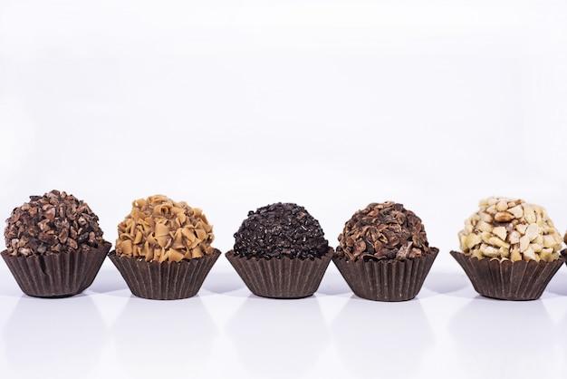 Zoete chocoladesuikergoedballen met noten.