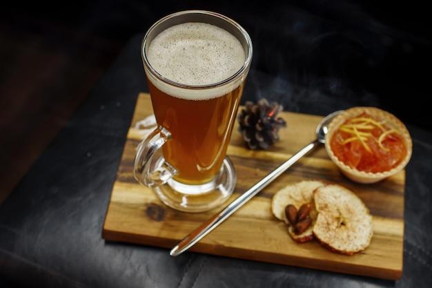 Zoete cocktail met dessert op een houten bord