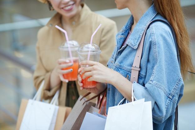 Zoete cocktails drinken in winkelcentrum
