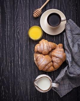 Zoete croissants, honing en koffie