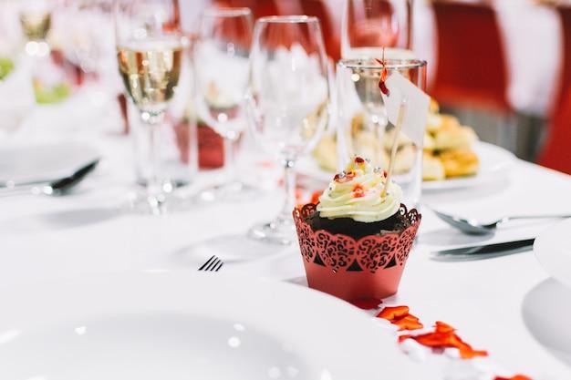 Zoete cupcake op een partij van de huwelijksviering