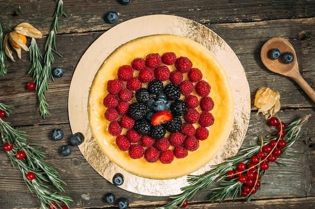 Zoete dessert cheesecake versierd met bessen