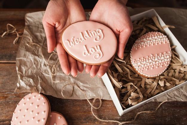 Zoete dessert cookie trouwdag feestgebak behandelt roze zoetwaren concept