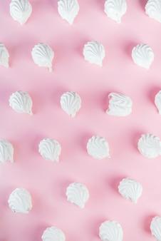 Zoete dessert witte zephyr marshmallows geïsoleerd op roze achtergrond