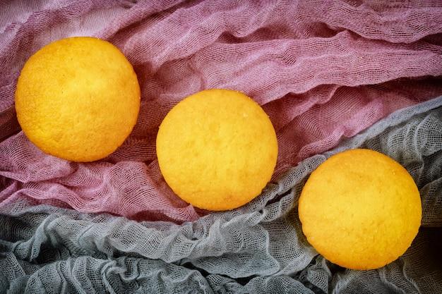 Zoete dessertcupcakes klaar voor decoratie.
