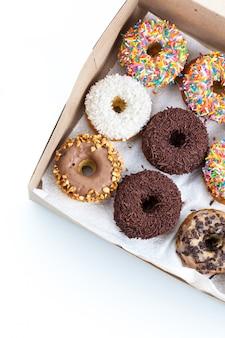 Zoete donuts in een papieren doos