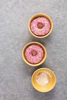 Zoete donuts met fondant close-up, bovenaanzicht