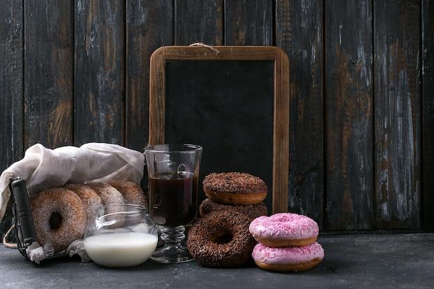 Zoete donuts met koffie