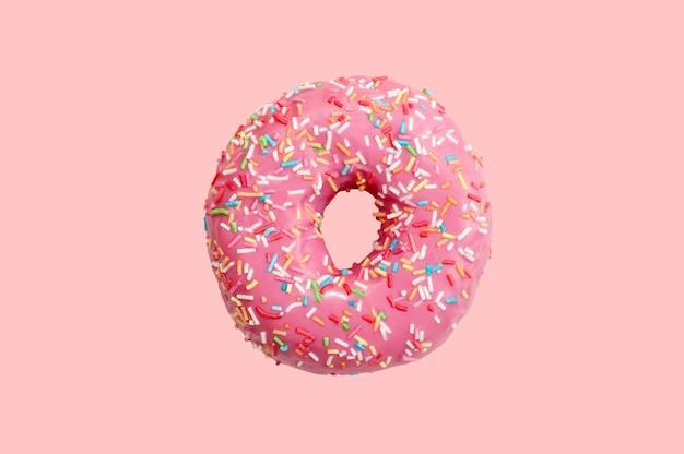Zoete doughnut op roze