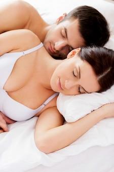 Zoete dromen. bovenaanzicht van mooie jonge verliefde paar samen slapen in bed
