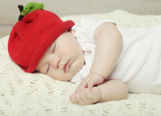 Zoete droom van baby in rode hoed