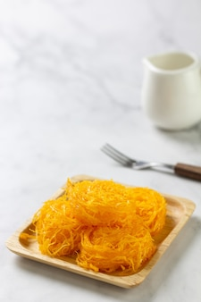 Zoete egg floss op tafel