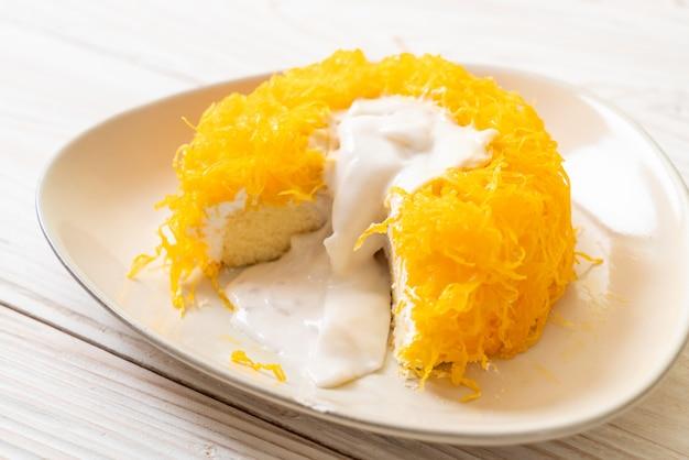 Zoete eierkronkelige cake of gouden eigeelgarenkoekjes