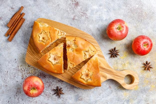 Zoete eigengemaakte appeltaart met kaneel.