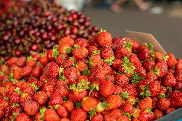 Zoete en heerlijke aardbeien te koop.