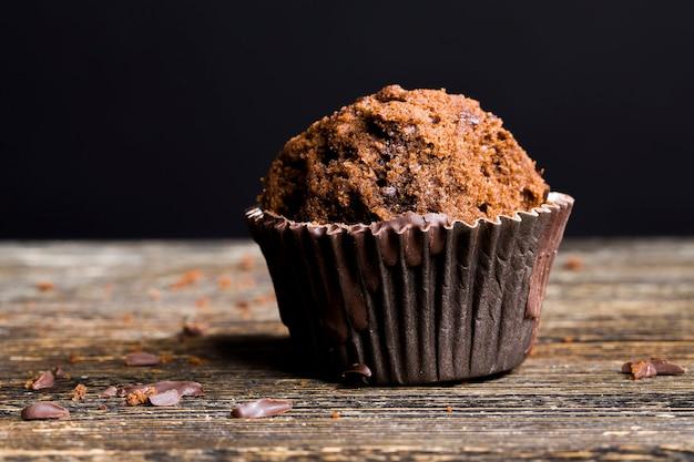 Zoete en heerlijke gebakjes met chocoladestukjes, zoet tarwebloembroodje met chocoladestukjes en chocoladevulling