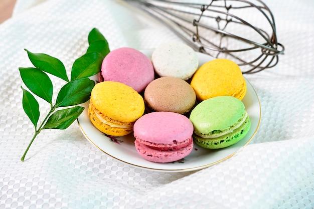 Zoete en kleurrijke franse bitterkoekjes. kleurrijke macarons-cakes.