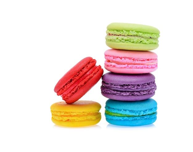 Zoete en kleurrijke franse bitterkoekjes of macaron geïsoleerd op wit, dessert.