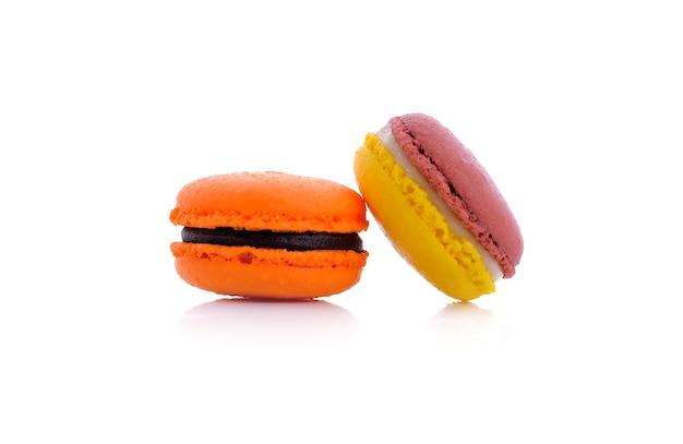 Zoete en kleurrijke franse macaron op wit