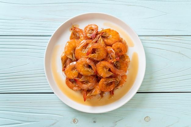 Zoete garnalen is een thais gerecht dat kookt met vissaus en suiker - aziatische eetstijl