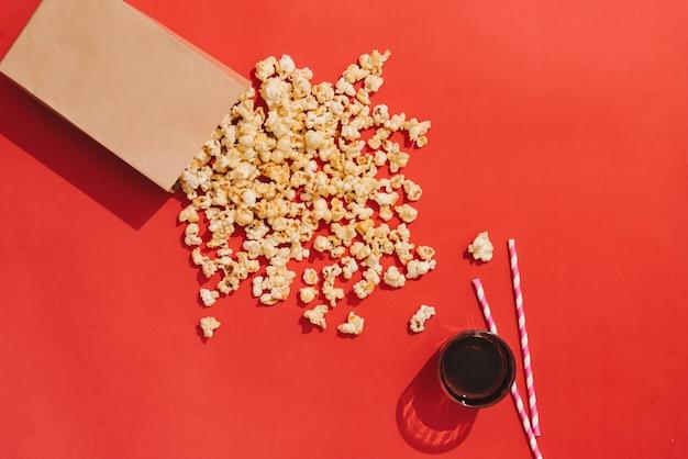 Zoete gebakken popcorn op kleur achtergrond
